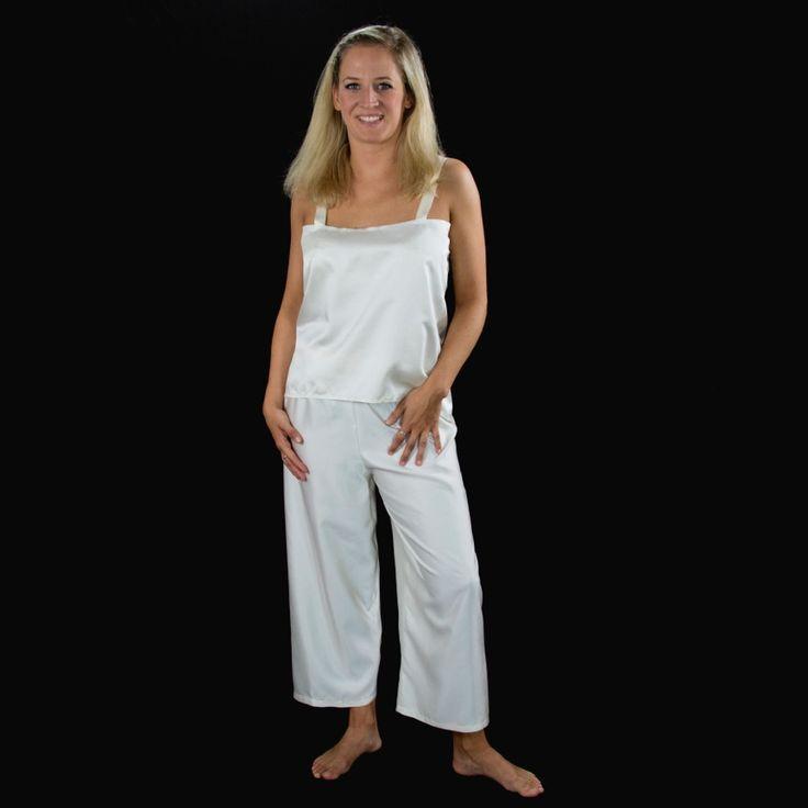 """Unser #Brautoutfit für #moderne_Bräute, #puristisch und #edel in glänzendem #Seidensatin. #Hosenanzug in #naturweißer #reiner_Seide – außergewöhnlich und nach der #Hochzeit ein #Kombinationswunder – jedes Teil einzeln und immer wieder anders zu tragen – mal die Hose (ohne störende Außennaht) mit """"Kuschelpullover"""" oder #Shirt, mal das #Top mit #Jeans oder die #Blusenjacke über einem #Kleid. Der Fantasie sind keine Grenzen gesetzt – auch in #schwarz oder #anderen_Farben für die 2. Braut..."""