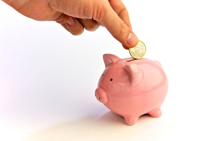 How to Save Money in 10 Simple Steps http://www.thefreedomtrader.com/save-money-ten-steps/ #PiggyBank #HowToSave #SmallSacrifice