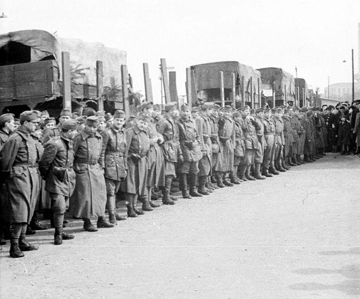 Józsefvárosi pályaudvar, frontra induló katonák búcsúztatása.