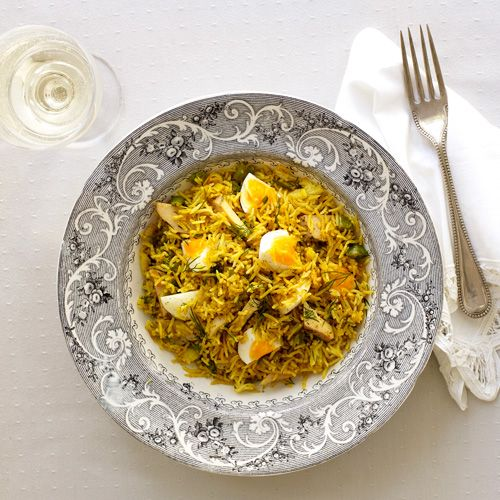 Kedgeree is een Engels gerecht dat bestaat uit vlees of vis, gekookte rijst, peterselie, gekookt ei en currypoeder. In dit recept voegen we voor de frisheid citroenschil toe en vervangen we de peterselie door de dille.     1. Verhit de boter en...