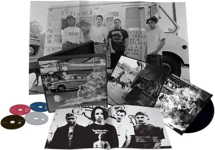 Rage Against The Machine - XX - (20e verjaardag Deluxe Edition Box Set - LP/CD/DVD  RAGE AGAINST THE MACHINE XX 20e verjaardag Edition Deluxe Box Set. EPIC (Legacy) - 887654117620S.Zeer goede staat. CD DVD LP zijn zelden gespeeld. Outerbox heeft kleine slijtage. Poster en inlay zijn als nieuw.In 1992 bracht Rage Against the Machine hun titelloze debuut-album dat werd een commercieel en kritisch succes leidt tot een sleuf in de Lollapalooza-festival van 1993. Rage Against the Machine vaak…