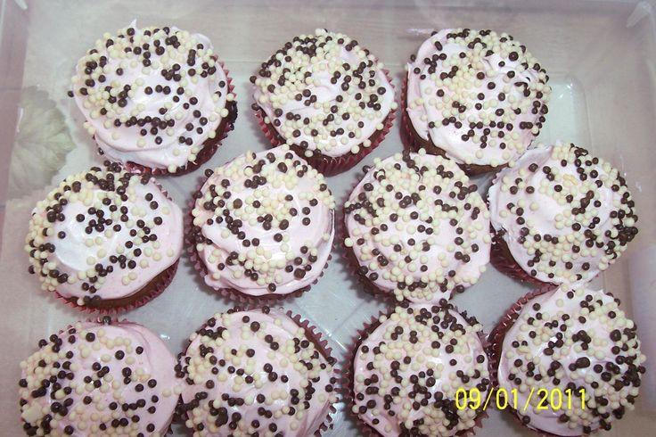 Cupcake de chocolate com merengue de morango super fácil