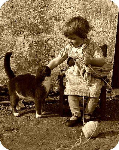 Jadis le tricot faisait partie des loisirs des enfants. / This baby can knit. / By Hello Jenny.
