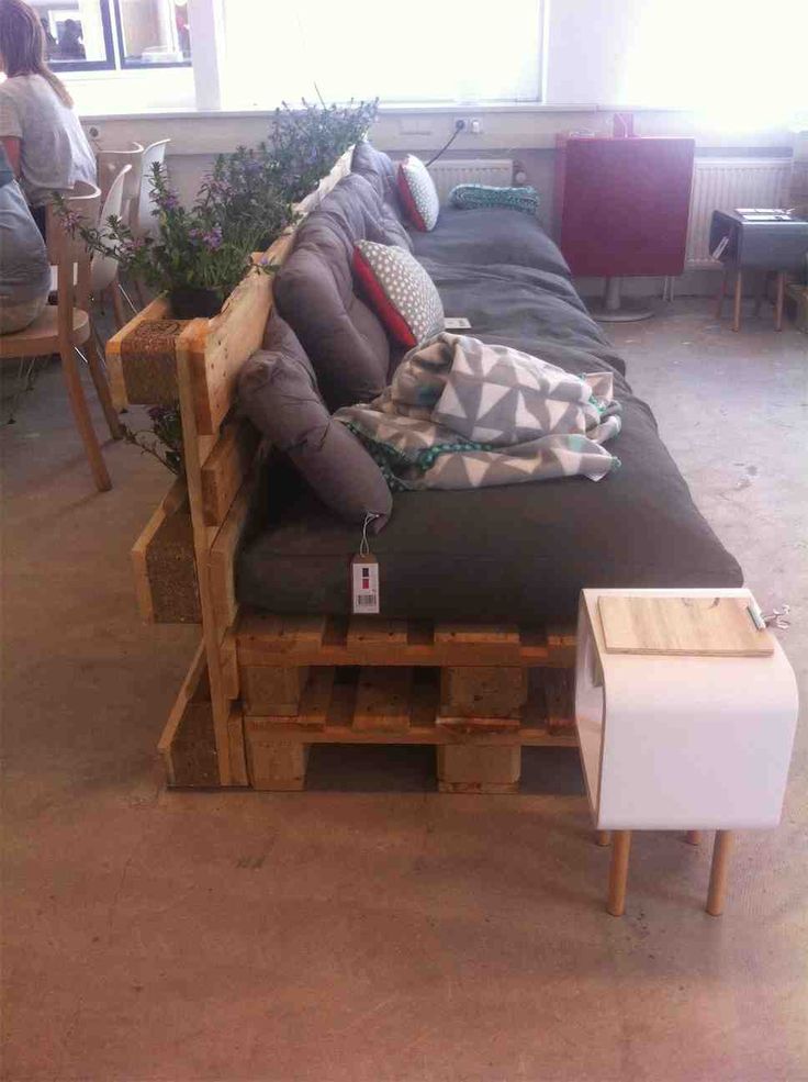 DIY Front Porch Pallet Couch - I like the planter behind it