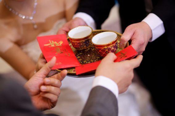 Muere una joven en la localidad de Wenchang, provincia de Hainan, después de que en medio de una boda haya sido obligada por la novia a beber grandes cantidades de alcohol; otra, la actriz Liu Yan, casi que es lanzada a una piscina ante la risa de todos; además de burlas, juegos molestos, acoso sexual