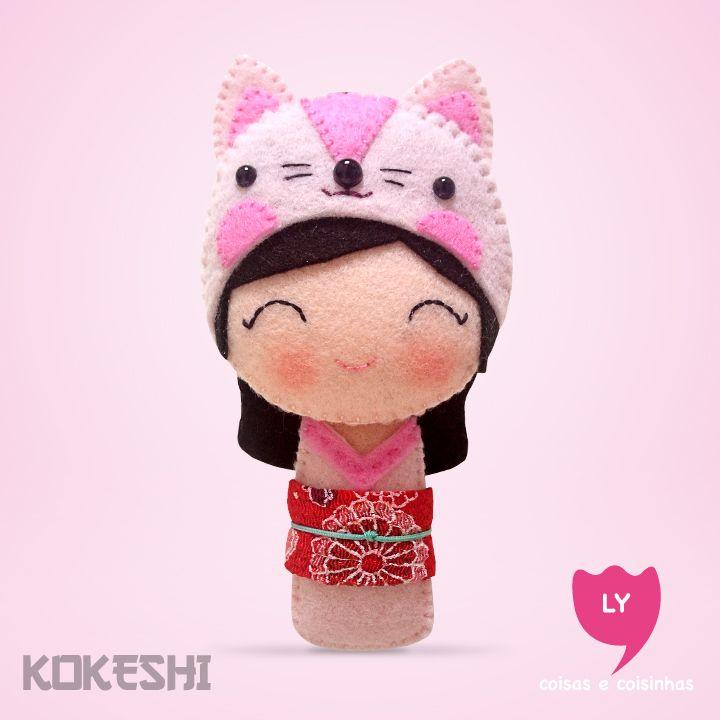 Curiosidade: Kokeshi (boneca em japonês) são bonecas de madeira produzidas artesanalmente. Sua primeira aparição foi em meados do período Edo (1600-1868), para serem vendidas como souvenir aos visitantes das fontes termais do nordeste do Japão. Elas também significam sorte e cada cor tem um significado. #kokeshi #boneca #japão #rosa #rose #gato #cat #delicadeza #happy #sorte #lucky #felt #lycoisasecoisinhas