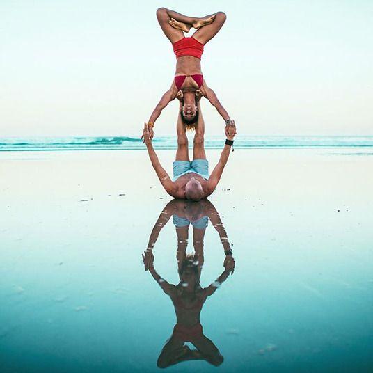 Casal viaja pelo mundo fazendo posições difíceis de ioga http://r7.com/tbug