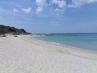 Spiaggia Lu Littaroni a Aglientu in provincia di Olbia-Tempio - Costa Paradiso. Quasi sempre vuota, vi consigliamo di visitarla per godere di una vista straordinaria! Il Monte Russu, chiamato così per il colore delle sue rocce, dipinge il mare di una tonalità spettacolare. http://www.bbplanet.it/bed-and-breakfast-nigolaeddu-nigolaeddu-trinita-dagultu-e-vignola_s15774/it/