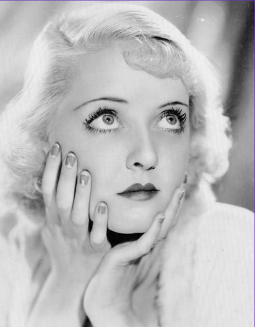 Bette Davis, diva degli anni 30'-40' appare con un french manicure colorato e unghie corte a punta.