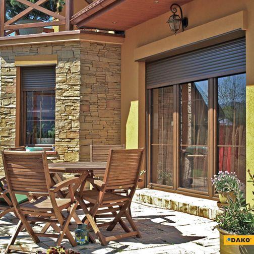 Stylowe i praktyczne połączenie okien w klasycznym brązie i kolorystycznie dopasowanych rolet zewnętrznych.