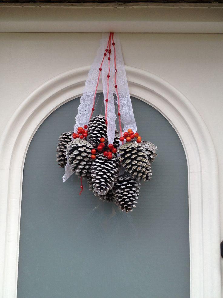Weer een geweldig en goedkoop idee om de herfstsfeer in huis te krijgen. De dennenappels liggen buiten, spuit ze wit en maak er een lint aan vast. Eventueel voor een warm kleurtje maak je er nog besjes aan vast.