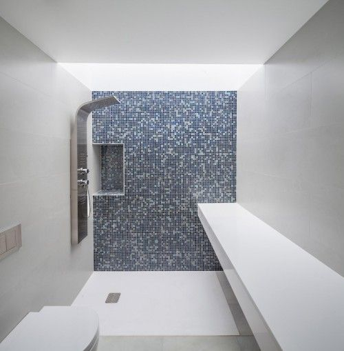 CP House is a minimalist house located in Barcelona, Spain, designed by Alventosa Morell Arquitectes. The project is based on a single family house and a warehouse in a plot between party walls, surrounded by high-rise buildings that make it difficult to obtain natural light and a comfortable relationship with the environment. (16)