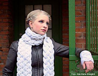Heart´s Delight is a unique set of scarf and wrist warmers which is knitted in a reversible cable to make it look just as gorgeous on both sides. Fun to knit and wonderful to wear! // Hjertensfryd er et vakkert sett som består av skjerf og pulsvarmere, strikket med dobbeltsidige fletter som gjør plaggene like vakre på vrangen som på retten. Oppskriften er tilgjengelig på norsk på stellacharming.no.