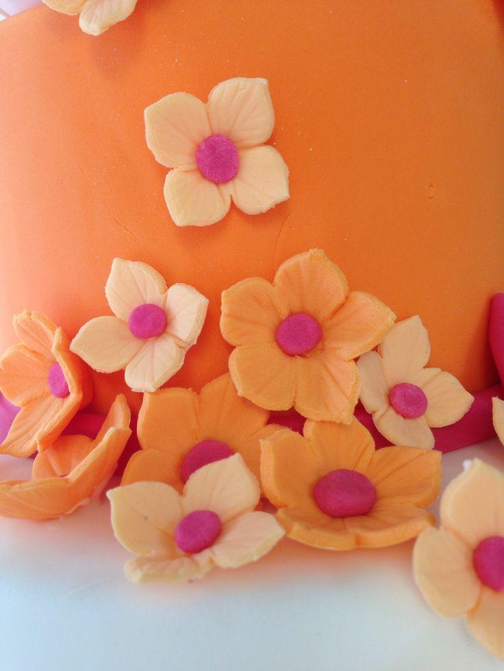 Vackra petunior och hortensia av den läckra orangea sugarpasten, med utstickare och veiner. Allt från SugarKitchen