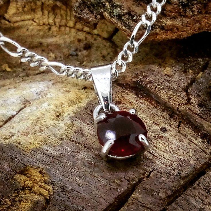 Colgante de plata con rubí natural