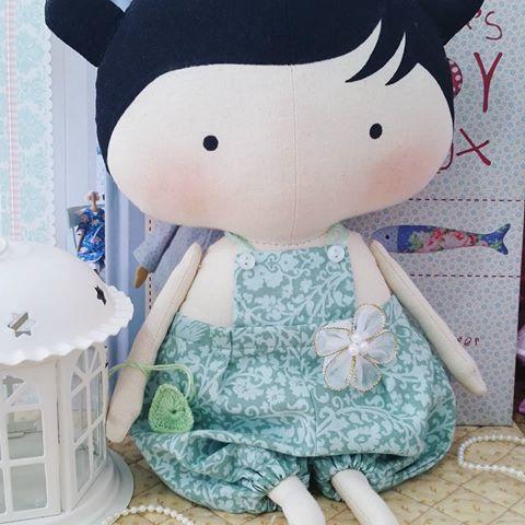 🔼🔼🔼 R$ 165.00 + frete 🔼🔼🔼Que calor!!!! 💚💚💚 #roupadeboneca #brincadeira #brincandodecasinha #brincandodeboneca #crianca #presente #gravida #gravidas #tildatoybox #sweetheartdoll #quartodebebe #maternidade #mamaes #quartodemenina #decoracaoinfantil #decorando #tildinha #babytilda #tildababy #bonecadepano #bichodepano #atelie #artesanato