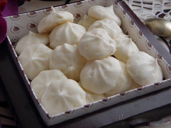 Зефир домашний диетический из яблок  Пищевая ценность (на 100 грамм): Калории: 71.5 ккал. Белки: 3.8 гр. Жиры: 0.3 гр. Углеводы: 13.3 гр.  Ингредиенты : Яблоко - 200 гр. Яичный белок - 2 шт. Стевиозид по вкусу Желатин - 5 гр.  Как приготовить: Крупное яблоко очистить и разрезать на 4 части, сердцевину удалить. Запечь в духовом шкафу при температуре 180С 30 минут до мягкости. Миксером взбить 2 яичных белка и стевию до устойчивых пиков. Вилкой размять печеное яблоко. Желатин распустить в…