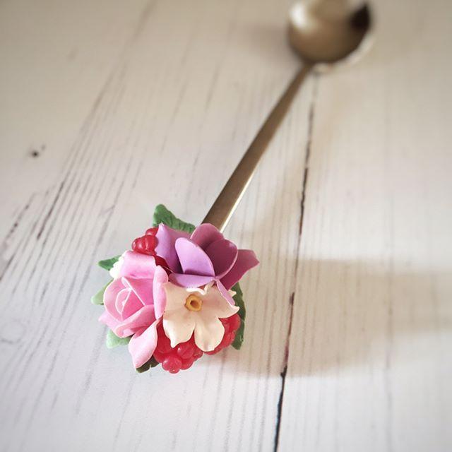 И я тоже хочу попробовать новую функцию инстаграмма в деле :))  цветы ведь могут быть везде, правда ?и мало их тоже не бывает. А ещё важно развиваться. Например так, как на фото :) не все же только браслеты :)) Всем лучики солнышка и тепла