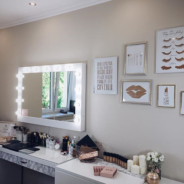 Ostatnie detale  Przepiękne plakaty od @zloteplakaty w kolorze rose gold idealnie pasują do mojego królestwa ❤️ #makeup #mua #makeupart #makeuplove #makeuproom #makeupstudio #roomtour #roominspiration #inspiration #rosegold #details #beauty #instamakeup