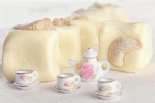 Ингредиенты:  Для кокосовых шариков:  1 банка сгущенки  кокосовая стружка (в емкости для замера жидкостей примерно 600 мл.)    Для молочной помадки:  120 гр. сливочного масла  60 гр. сахарной пудры  220 гр. сухого молока (может понадобиться чуть больше или чуть меньше, так как сухое молоко всё разное)  2 чайных ложки сливок (жидких сливок)  50 гр. кедровых орешков  20 гр. кешью