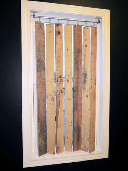 Stores verticaux en palette de bois