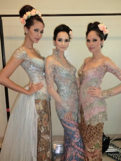 Absolutely adore the middle kebaya - icy-blue lace with darker blue batik. The peach flower in the hair seals the perfection.