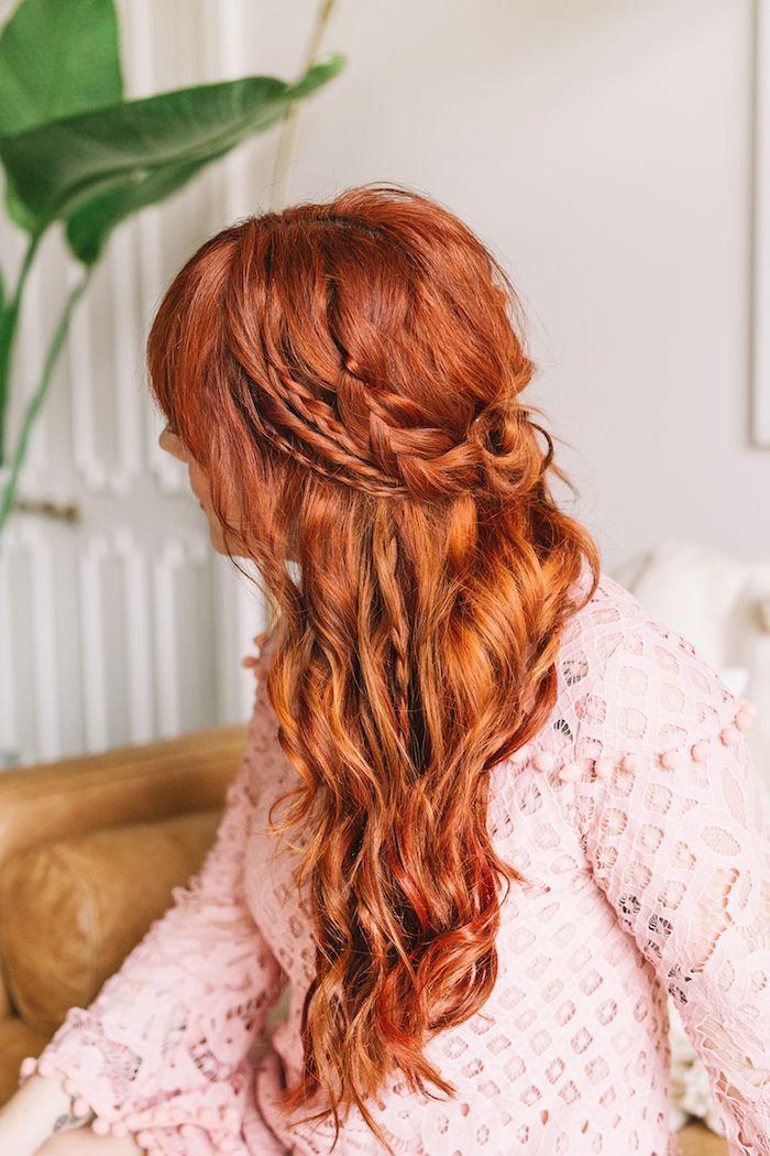 Halboffene Frisuren Einfache Flechtfrisuren Frau Mit Roten Haaren Und Rosa Blu Mittelalterliche Frisuren Locken Frisuren Geflochtene Frisuren