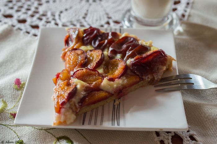 Tart with plums and pudding