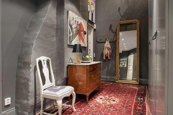 Несмотря натемные стены и такие-же предметы мебели в этойпросторной квартире на последнем этаже в центре Гетеборга, интерьерни в коем случае нельзя назвать угрюмым или мрачным. Он, скорее, необычный, интригуюший, в чем-то даже богемный и точно для творческих личностей. Есть ощущения легкой захламленности, но все эти мелочи интересны в своем разнообразии(нашлось место даже матрешке), хочется остановиться …