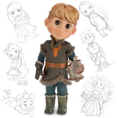 Här får du träffa Kristoffer från Frost som liten pojke. Han är klädd i en varm tunika med pälskant och håller ett litet Sven-gosedjur.
