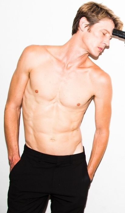 Who would've thought nerdy Gabriel Mann | Nolan Ross would have abs like that!