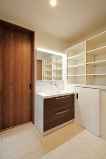 洗面室 散らかりがちな洗面室には、収納家具を設置。タオルや下着なども収納できるので、お風呂上りの着替えもそのまま出来きます。 #洗面#収納#おしゃれ#洗面造作#洗面オーダー#すっきり