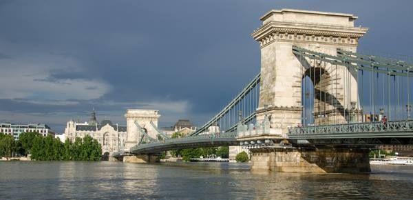 Il Ponte delle Catene, Budapest. Ponte sospeso per collegare le due parti della città (Buda e Pest) divise dal Danubio; in ferro battuto e pietra ha la campata centrale, compresa tra due piloni, lunga 202 metri. Il traffico scorre sotto i due archi mentre i marciapiedi passano dalla parte esterna degli archi appoggiandosi su mensole.