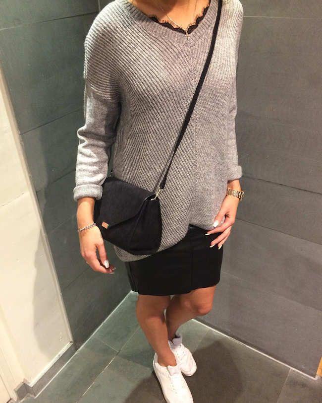 Look avec un pull oversize gris clair côtelé et une jupe noire en simili cuir >> http://www.taaora.fr/blog/post/tenue-casual-automne-hiver-pull-gris-oversize-jupe-noir-simili-cuir-sac-bandouliere-baskets-blanches