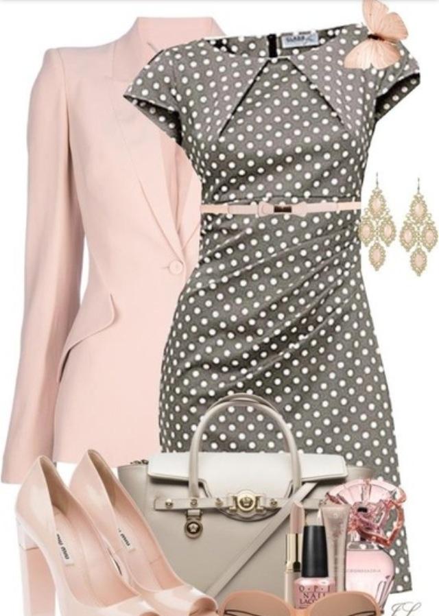 Dezentes grau-braunes, gepunktetes Kleid, eisrosa Pumps, eisrosa Frack, blasse Taupe-Handtasche mit Golddetails, antikes Gold und rosafarbener Steinl …