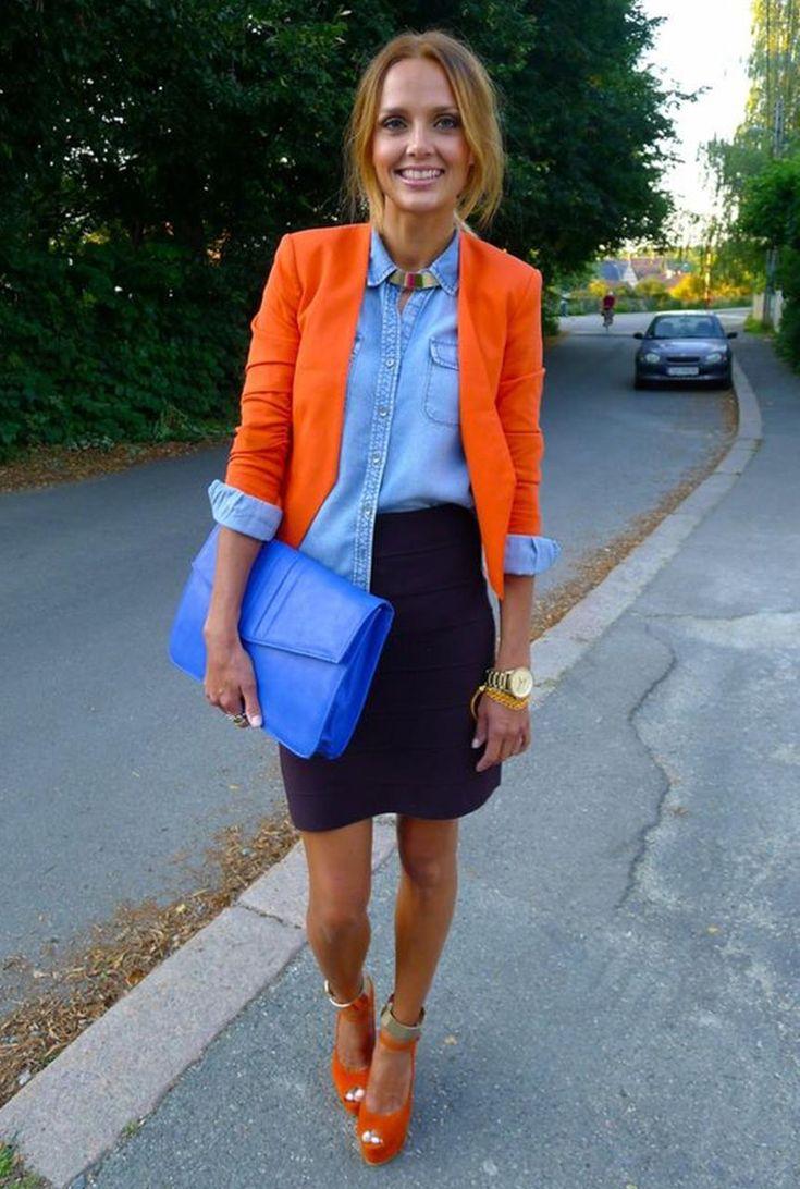 Conjunto americana naranja, camisa tejana azul, falda azul marino, tacones naranja y bolso azul eléctrico