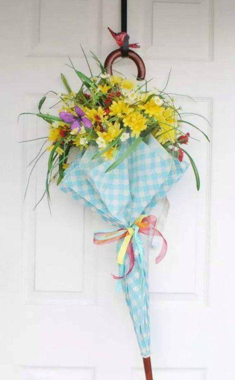 Έχετε κάποια πολύχρωμη ομπρέλα πουντρέπεστε να κυκλοφορείτε με αυτήν όταν βρέχει; Πάρτε την και αξιοποιήστε την στη διαόσμηση του σπιτιού σας στολίζοντας την εξώπορτά σας και τοποθετώντας στο εσωτερικό της μερικά φρέσκα λουλούδια.