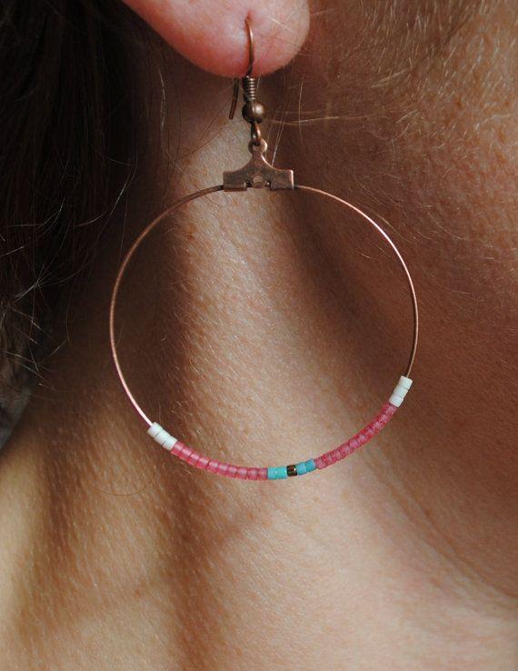 Boucles doreilles créoles ornées de plusieurs perles miyuki.  Elles sont très féminines et délicates.  Diamètre du cercle : 4 cm