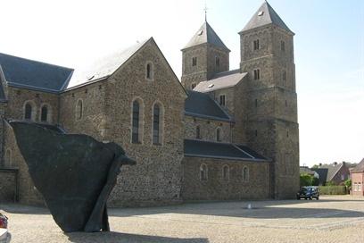 De schatkamer is ondergebracht in een gebouw naast de vroeg-Romaanse abdijkerk van Susteren. Het grondplan van de thans door de parochie gebruikte kloosterkerk dateert uit de 8ste eeuw, toen Pippijn van Herstal en zijn vrouw Plectrudis een klooster en grond voor een Nieuwe Kerk te Susteren aan Willibrordus schonken.