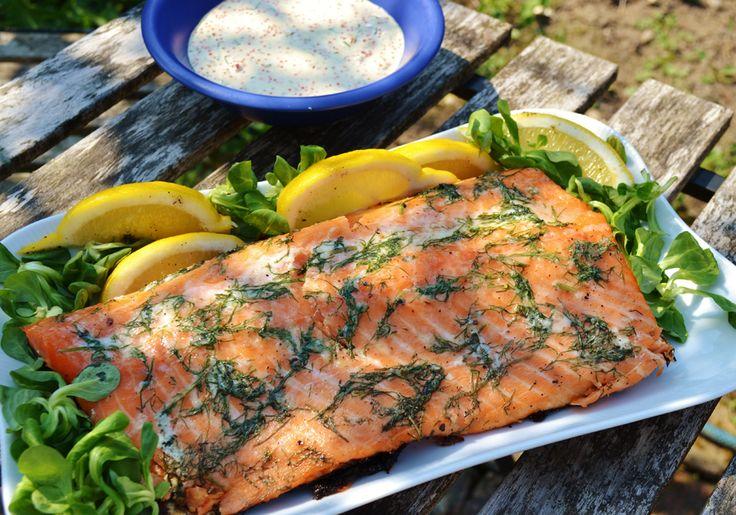 Skånemejerier | Citronmarinerad grillad lax med kaviar- och rödlökssås