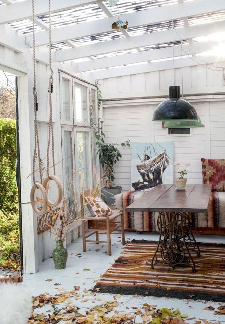 Lys udestue med rustikke møbler