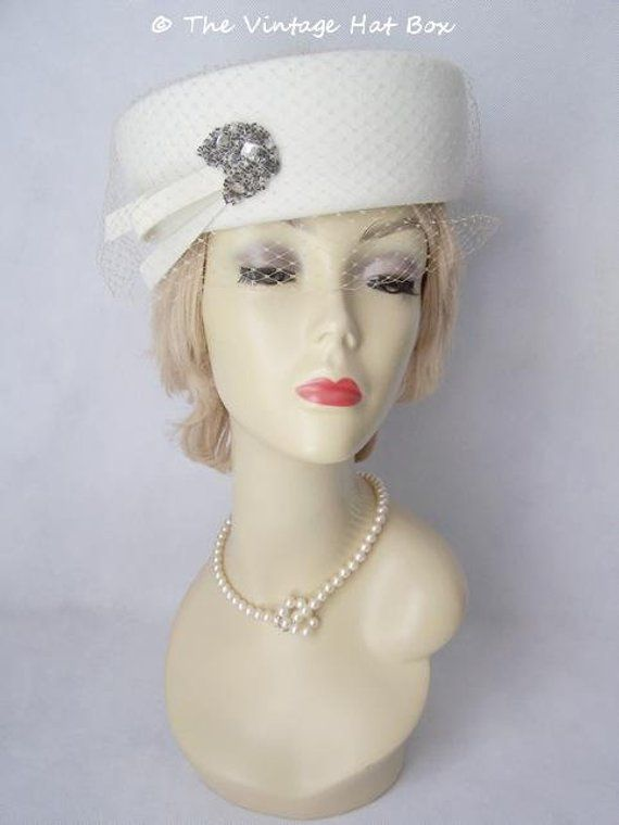 Gorgeous vintage 1950s Evelyn Varon winter white felt hat in excellent  condition. Inner band measures 22 inches (56 cm). Includes a Jones Store Co  hat box ... 044c655eff4