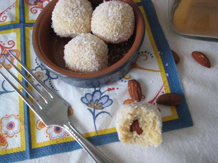 Kokos truffels met amandel. Gemaakt met gecondenseerde melk, amandel en kokos. Geen oven, gewoon in de koelkast of diepvries. Super makkelijk en ontzettend lekker!