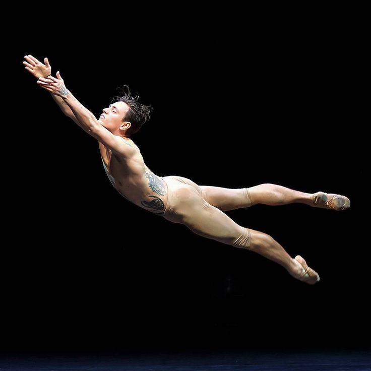 танцы голые артисты вылизал