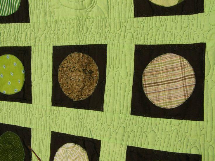 Tekoucí sklo Názov deky na jednolôžko vychádza z názvu spôsobu quiltovania. Nie je určená asi do akéhokoľvek interiéru, ale veľmi dobre doplní ten osobitý. Kombinácia zelenej a čiernej na lícovej strane. Je tu použitých 25 rôznych vzorov zelených látok. Rubovej strane dominuje čierna, oživená je zeleným detailom vychádzajúcim zo vzoru deky. materiál: bavlna