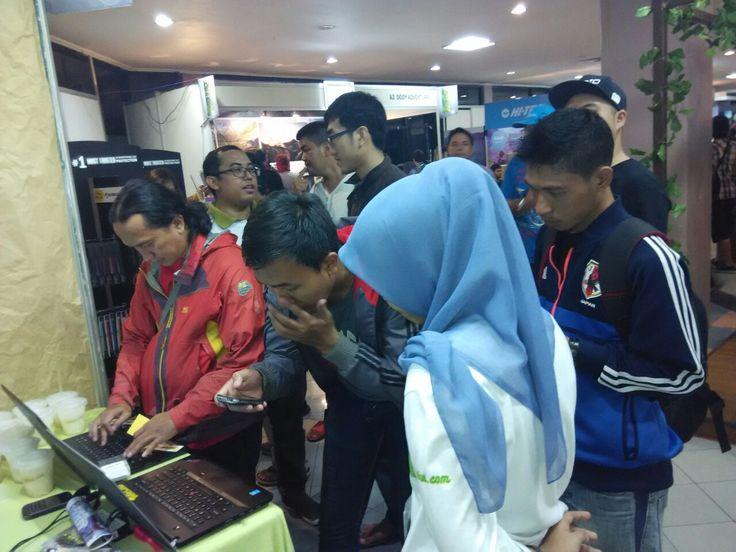 Blibur.com Hadir di Outfest 2015 Di hari kedua, antusias Teman pejalan pun semakin tak terbendung, banyak para traveler yang menyempatkan untuk mampir melakukan register demi menjadi bagian dari blibur.com.