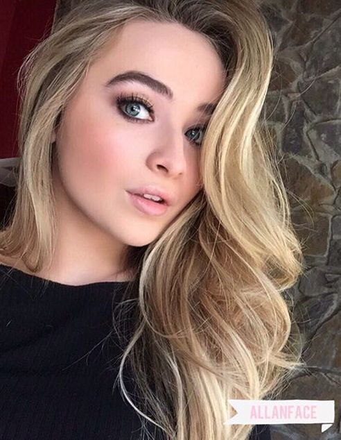 Nombre real: Sabrina Ann Lynn Carpenter. Hermanas: Sarah Carpenter, Shannon Carpenter.Mamá: Elizabeth.Papá:David.Su carrera comenzó en el 2010.