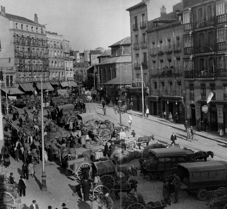 Plaza de la Cebada, 1929. Autor desconocido Al fondo puede observarse la estructura de hierro del antiguo mercado de la Cebada.