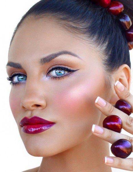 Bronzed skin, luminous pink cheeks, and glossy red lips #provestra