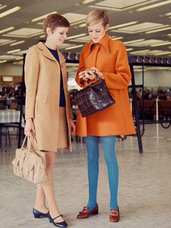【ELLE】写真1|Aラインのミニ丈コートをドレスのように着こなして|コートの達人! ツイッギーに学ぶレトロ・シックなアウタースタイル8|エル・オンライン